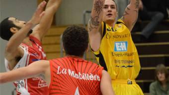 Basketball NLA: Starwings Basket – BC Boncourt am 08.11.2013 in der Sternenfeld-Sporthalle in Birsfelden Birsfeldens Miroslav Petkovic (rechts) bei einem erfolgreichem Wurf Foto: Uwe Zinke