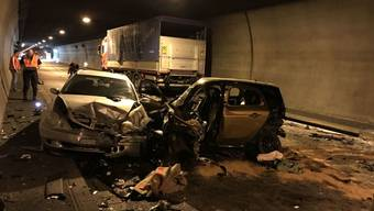 Bei einer Frontalkollision im Eggfluhtunnel in Grellingen BL kam eine Person ums Leben. Vier weitere wurden verletzt.