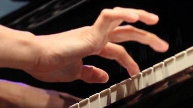 Eine Pianistin greift in die Tasten (Symbolbild)