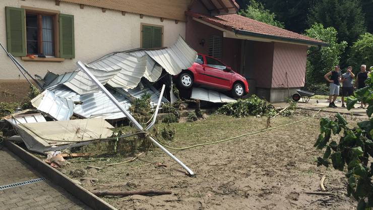 An der Hinterhubelstrasse hat die Uerke zwei Autogaragen weggespühlt und ein Auto an die Wand des Einfamilienhauses der Familie von Andreas und Elisabeth Moser-Bolliger gedrückt