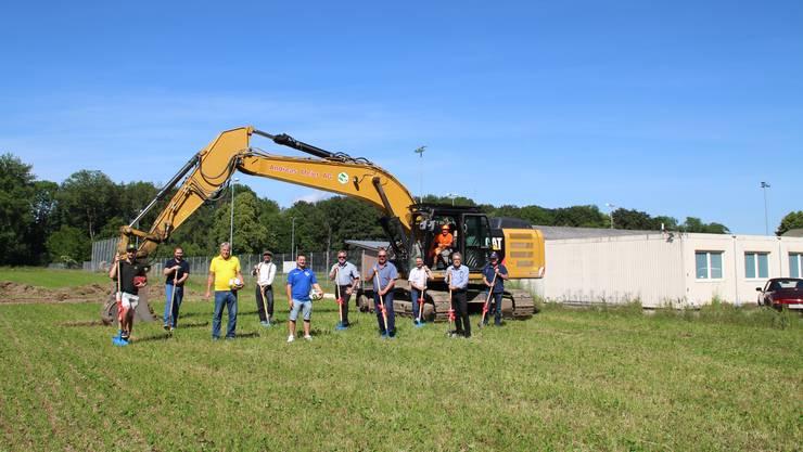 Ein Jahr vor dem geplanten Eröffnungsfest- Bei der Sportanlage Ey in Dulliken fand der Spatenstich für das neue Clublokal statt