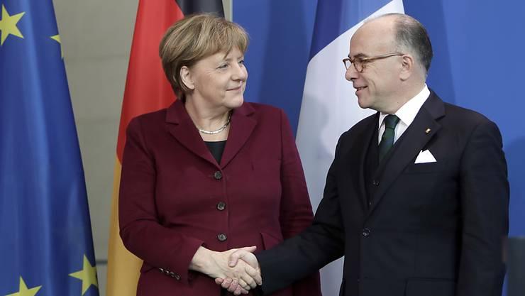 Demonstrieren Einigkeit: Die deutsche Bundeskanzlerin Angela Merkel und der französische Premierminister Bernard Cazeneuve in Berlin.