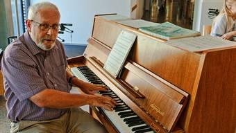 Walter Fischer spielt auf dem 37-jährigen Klavier im Alterszentrum Bruggbach. DKA