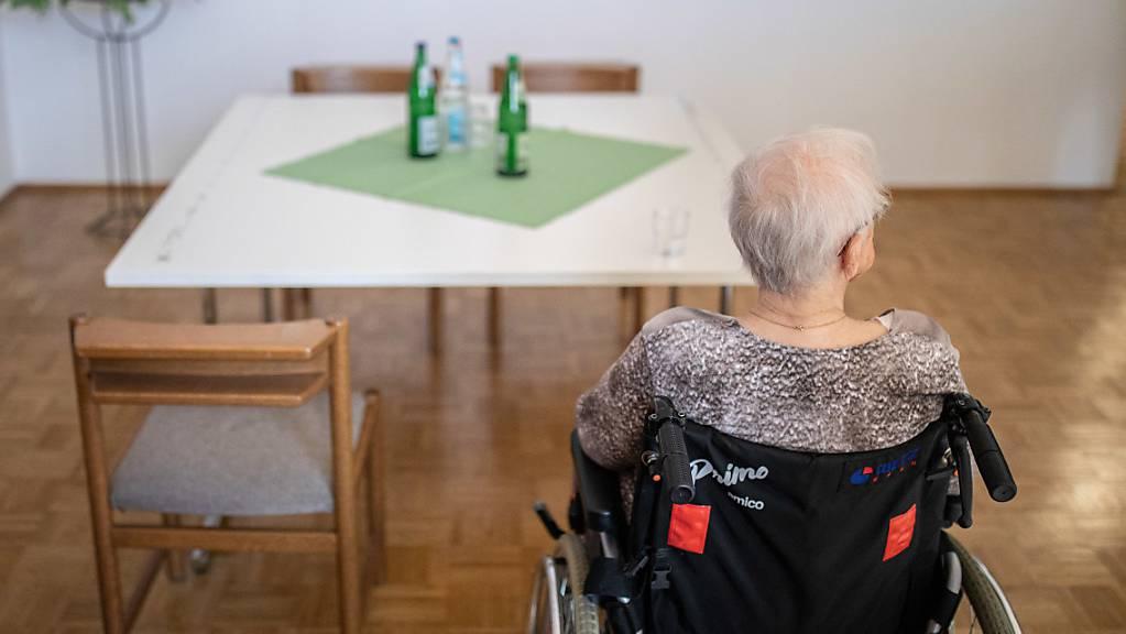 Bewohnerinnen und Bewohner von Altersheimen sollen mit Besuchsverboten vor einer möglichen Ansteckung mit dem Coronavirus geschützt werden. (Symbolbild)