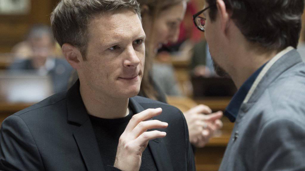 Der Aargauer Grünen-Nationalrat Jonas Fricker (links) zieht die Konsequenzen aus einem Votum zu Auschwitz im Nationalrat und tritt zurück. (Archivbild)