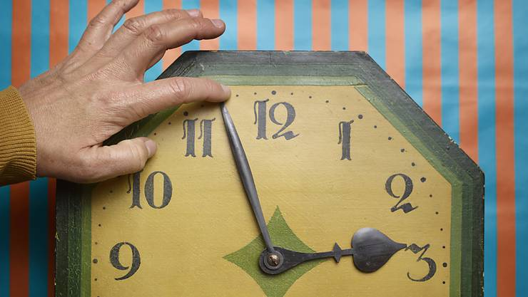 Die Schweiz hat in der Nacht auf Sonntag die Uhren wieder auf Sommerzeit umgestellt. (Archivbild)