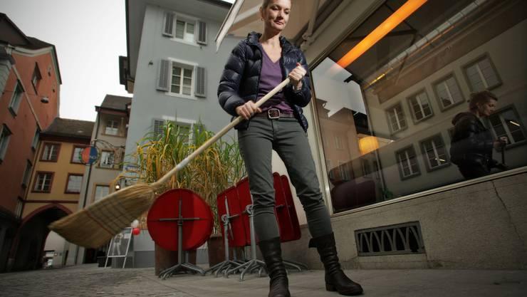 Laura Peter räumt die Terrasse vor dem «Gossip» für den Winter – trotz neuer Gasse.