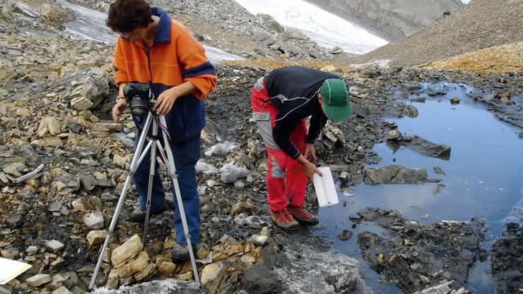Forscherinnen und Forscher beim Freilegen von Fundstücken am Schnidejoch im Jahre 2005.