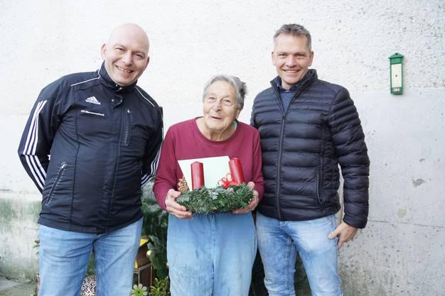 Anna Nyffeler freut sich über den Kranz, den sie von Beat Steiner (links) und Roli Sollberger erhält. Macht weiter so, ermuntert sie die Fussballer.