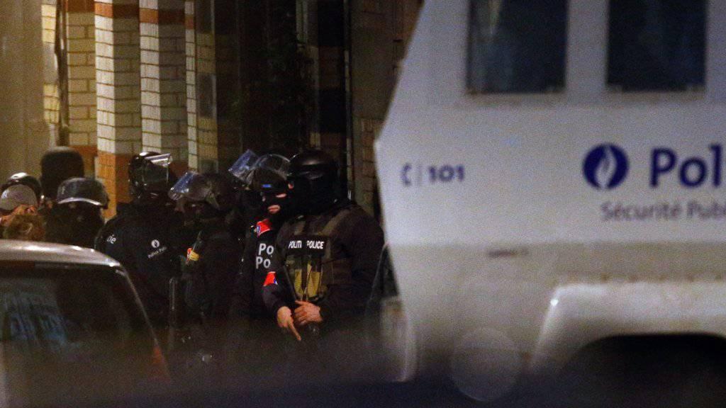 Einsatz beendet: Polizisten in der Gemeinde Schaerbeek in Brüssel nach den Anschlägen.