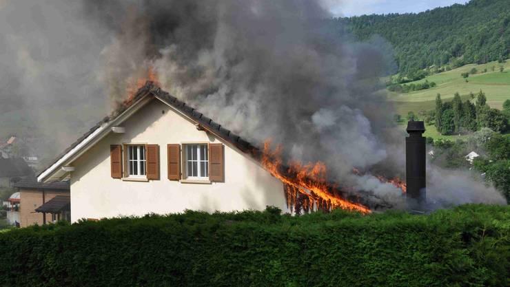 Ein Einfamilienhaus in Erschwil steht in Flammen