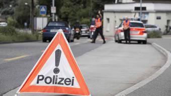 Als die Polizei einen 25-jährigen Autolenker kontrollieren wollte, ergriff dieser die Flucht. (Symbolbild)