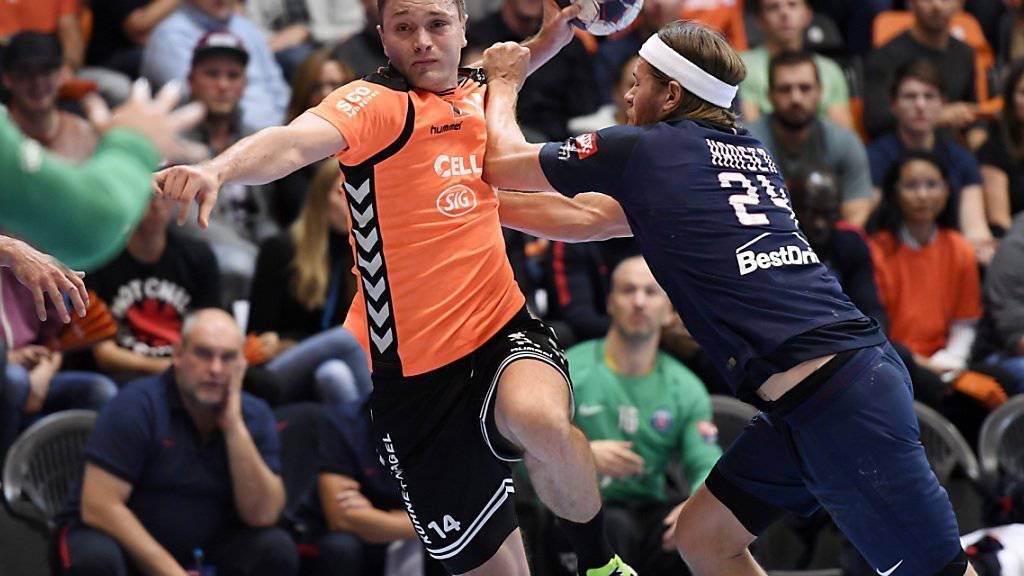 Schaffhausens Michal Szyba (links) wird vom Pariser Superstar Mikkel Hansen gebremst