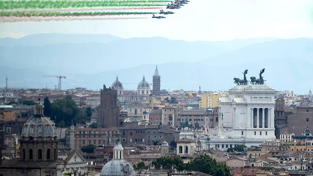 Die Kunstflugstaffel «Frecce Tricolori» fliegt am Nationalfeiertag über die Stadt. Foto: Roberto Monaldo/LaPresse via ZUMA Press/dpa Foto: Roberto Monaldo/LaPresse via ZUMA Press/dpa
