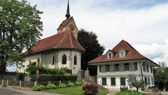 Das Gemeindehaus Messen und die Kirche.