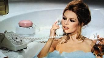 Im Bad hat man das Telefonbuch nicht zur Hand –und brauchte früher die Auskunft. Brigitte Bardot telefoniert im Film «L'ours et la poupee».