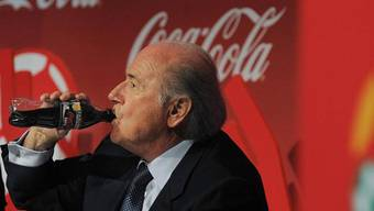 Bleibt der Schluck im Hals stecken Blatter will sich von Fifa-Hauptsponsor Coca-Cola nicht zum Rücktritt bewegen lassen.