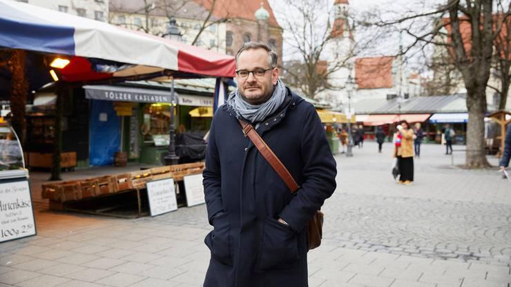 Der Schweizer Schriftsteller Jonas Lüscher auf dem Viktualienmarkt in München.