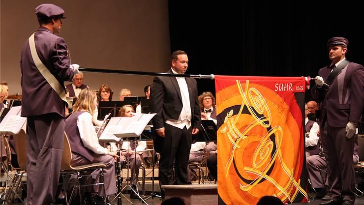 An ihrem Jahreskonzert präsentierten die Blasmusiker Suhr die neue Vereinsfahne.