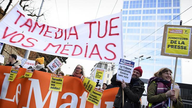 Westschweizer Journalisten gingen am Freitag aus Protest gegen das Medienhaus Tamedia auf die Strasse.