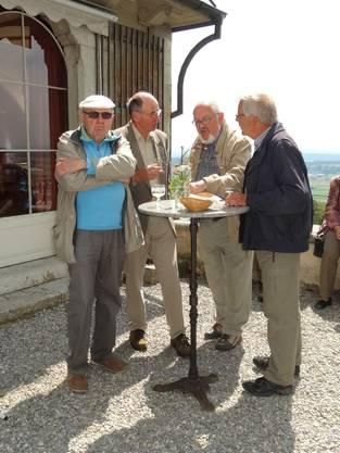 Interessante Gespräche beim Apéro auf der Schloss-Terrasse