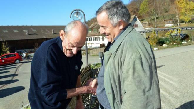 Heimleiter Andreas Thomet nimmt seinen ehemaligen Bewohner auf dem Dietisberg in Empfang. Foto: Nicole Nars-Zimmer