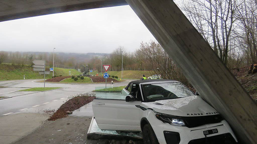 Ein 72-jähriger Autofahrer ist bei Bremgarten AG gegen einen Brückenpfeiler gefahren. Die Polizei geht davon aus, dass ein medizinisches Problem Ursache des Unfalles war.