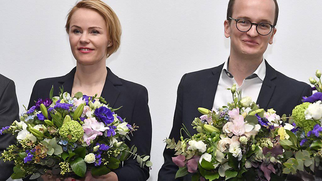 Blumen für die Neugewählten Natalie Rickli (SVP) und Martin Neukom (Grüne).