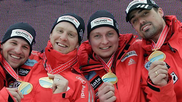 Gregor Baumann (r.) und seine Crew zeigen stolz ihre Goldmedaillen.