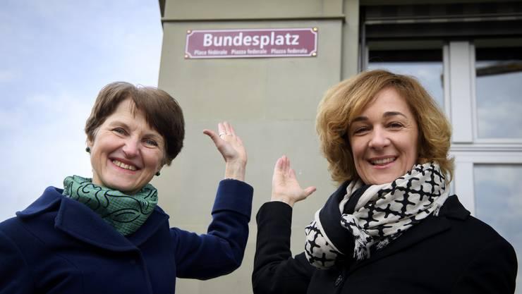 Seit Freitag viersprachig beschriftet: Der Bundesplatz in Bern – im Bild die Gemeinderätinnen Franziska Teuscher und Ursula Wyss (r.).