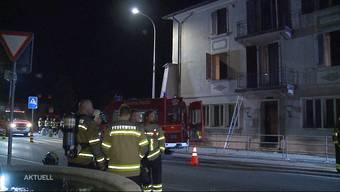 Kurz vor Mitternacht werden die Bewohner des Mehrfamilienhauses durch einen lauten Knall aus dem Schlaf gerissen und sehen jemanden flüchten. Gleich darauf brennt es im Erdgeschoss.