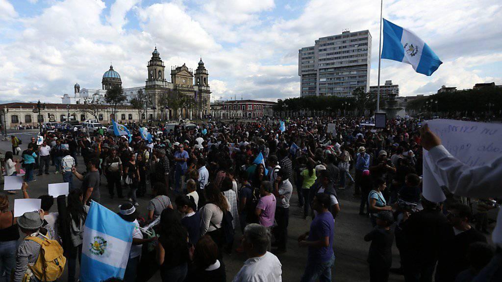 Mehrere tausend Menschen forderten in Guatemala-Stadt nach der Brandkatastrophe in einem Jugendheim Strafen für die Verantwortlichen.