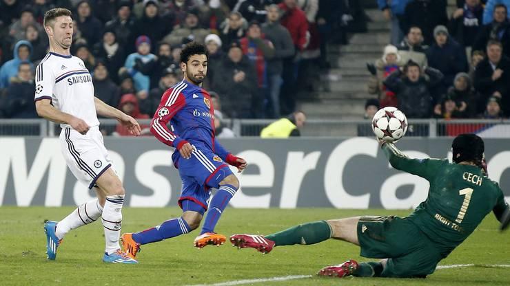 Mohamed Salah erzielt über Goalie Cech hinweg das 1:0.