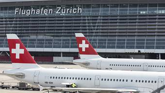 Der Flughafen Zürich erwartet wegen den Sommerferien in den kommenden Wochen einen neuen Passagierrekord. (Archivbild)