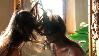 Judith Albert, «Haare», von 2009. Im gut dreiminütigen Video ist die Künstlerin ihr eigenes Sujet.