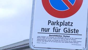 Ein Wirt verlangt für das Parken vor seiner Kneipe eine Busse. Eine richterliche Verbotstafel ziert den Platz. Doch jetzt ist er zu weit gegangen.