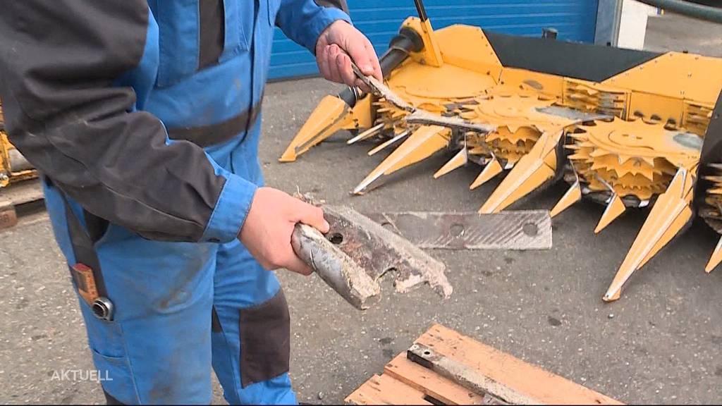 Zwei defekte Maishäcksler wegen Metallstiften in Fulenbacher Maisfeld