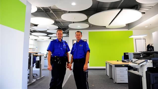 Thomas Amrein, Postenchef 2 und Markus Locher, Postenchef 1 (v. l.) sind von den neuen Räumlichkeiten begeistert.