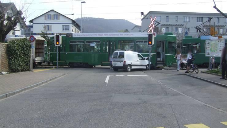 Unfall zwischen Auto und Tram