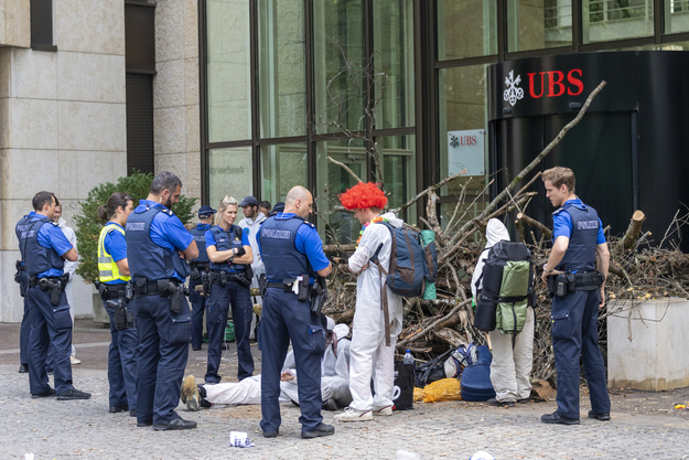Aktivisten vom Collective Climate Justice (CCJ) blockieren den UBS-Eingang in Basel.