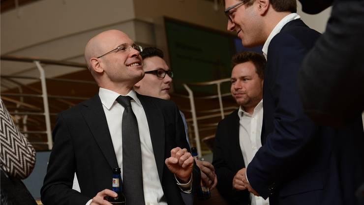 Siegerbier mit geballter Faust: FDP-Kandidat Baschi Dürr freut sich über seinen siebten Platz mit 17038 Stimmen.