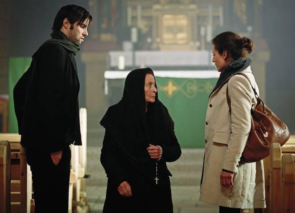 Die alte Seraina (Monica Gubser, mitte) erzählt Sonia (Regula Grauwiller, rechts) und Bob (Max Simonischek, links) von der Sage «Der Teufel von Mailand».