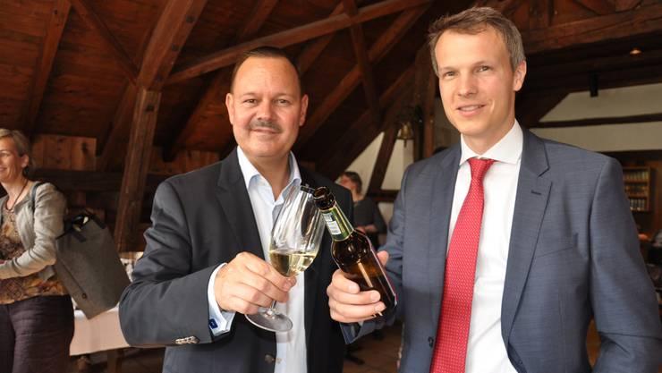 Simon Hofmann (rechts) ist neuer Statthalter. Er stösst mitGérald Künzle, Präsident der FDP des Bezirks Dietikon, an.