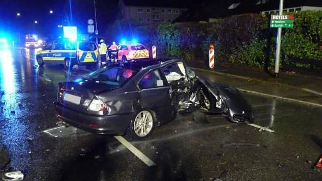 Der BMW und kollidierte mit einem Mercedes, in dem fünf Menschen sassen.