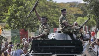 Soldaten schliessen sich Demonstration an