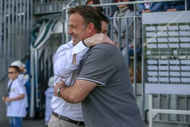 Unter Trainern: Ciriaco Sforza beglückwünscht Patrick Rahmen nach dem Spiel.