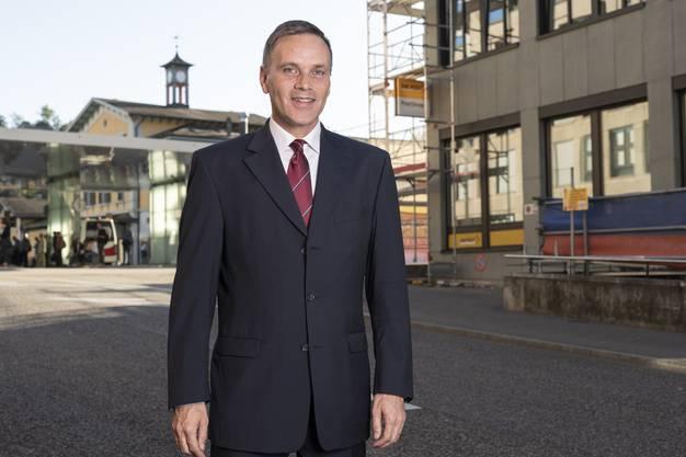 Der Regierungsratskandidat vor dem Badener Bahnhof mit Baustelle Postgebäude der Zuriba-Immobilien.