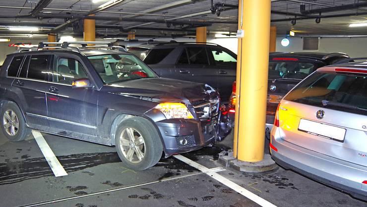 Grosser Sachschaden in Churer Parkhaus: Ein 88-jähriger Autofahrer beschädigte bei einem Unfall seinen eigenen und vier weitere Wagen.