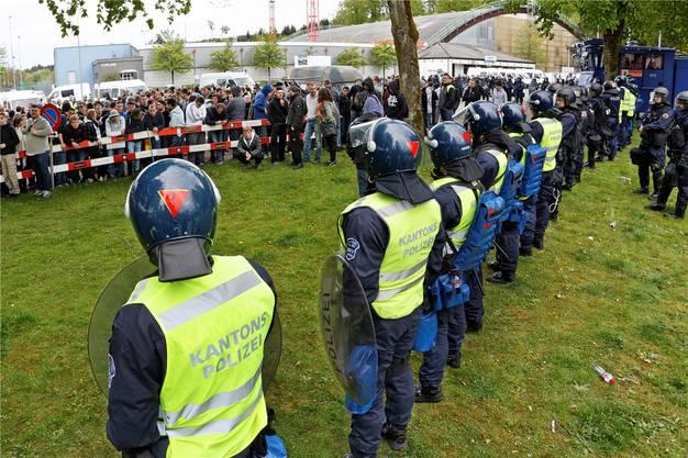 Angespannt: Im April 2015 hielt ein massives Aufgebot von Aargauer Kantonspolizisten FCZ-Fans in Schach.