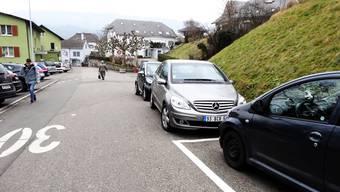 Autos auf der Rheinbrückstrasse in Stein – einfach neben den markierten Feldern abgestellt: Parkierungsreglement soll Abhilfe schaffen. – Foto: chr